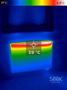 Zdjęcie termowizyjne grzejnika (góra grzejnika rozgrzana)